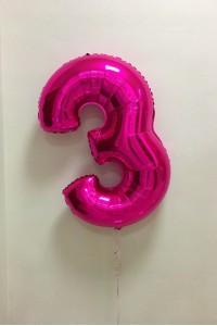 Фольгированный шар цифра 3 малинового цвета