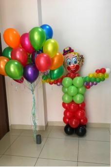 Клоун из шаров с облаком из разноцветных шаров