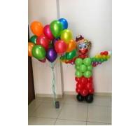 Клоун с облаком из разноцветных шаров