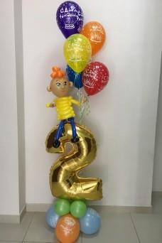 Мальчик с воздушными шариками на цифре 2